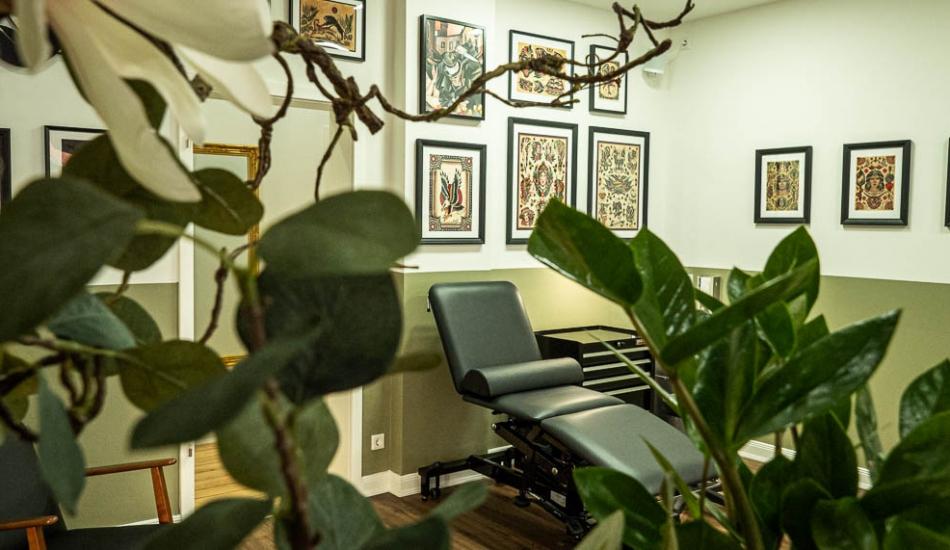 Arbeitsplatz und Pflanzen - Innenansicht Holy Harbor Tattoo Studio in Hamburg / Sternschanze - Inhaber ist Harry Hafensänger - spezialisiert auf Traditional / Oldschool und Neotraditional