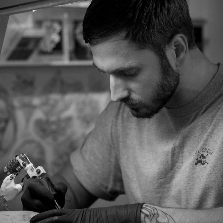 Tätowierer im Holy Harbor Tattoo Hamburg - Harry Hafensänger